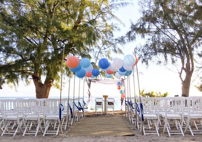 Idée déco mariage extérieur allée de boule papier pêche et bleu
