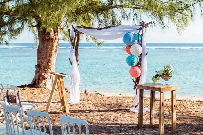 Décoration cérémonie mariage plage avec boule papier bleu et pêche