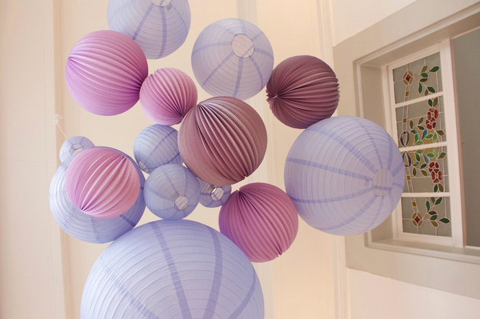 Déco mariage ciel de boules en papier mauve lavande