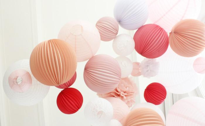 Idée décoration mariage ciel boules en papier rose