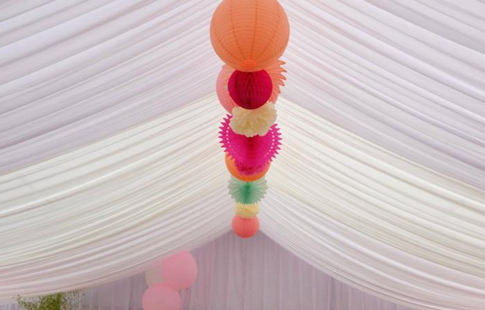 Décoration tente de mariage rosace et lanterne rose et rouge