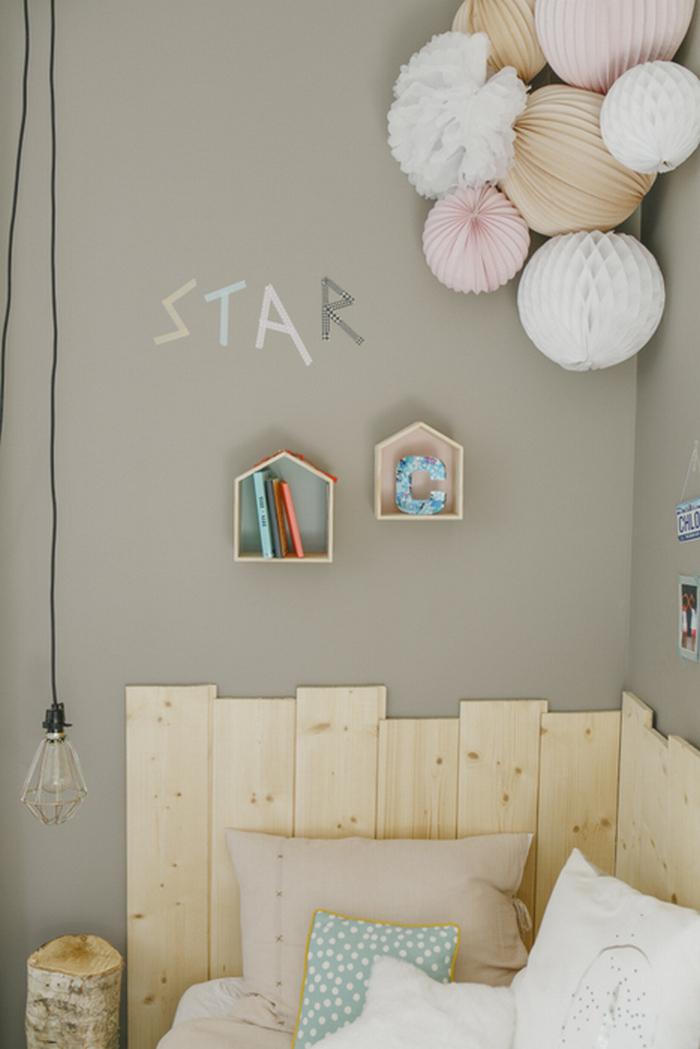Idée déco chambre enfant bois et boule en papier rose, beige