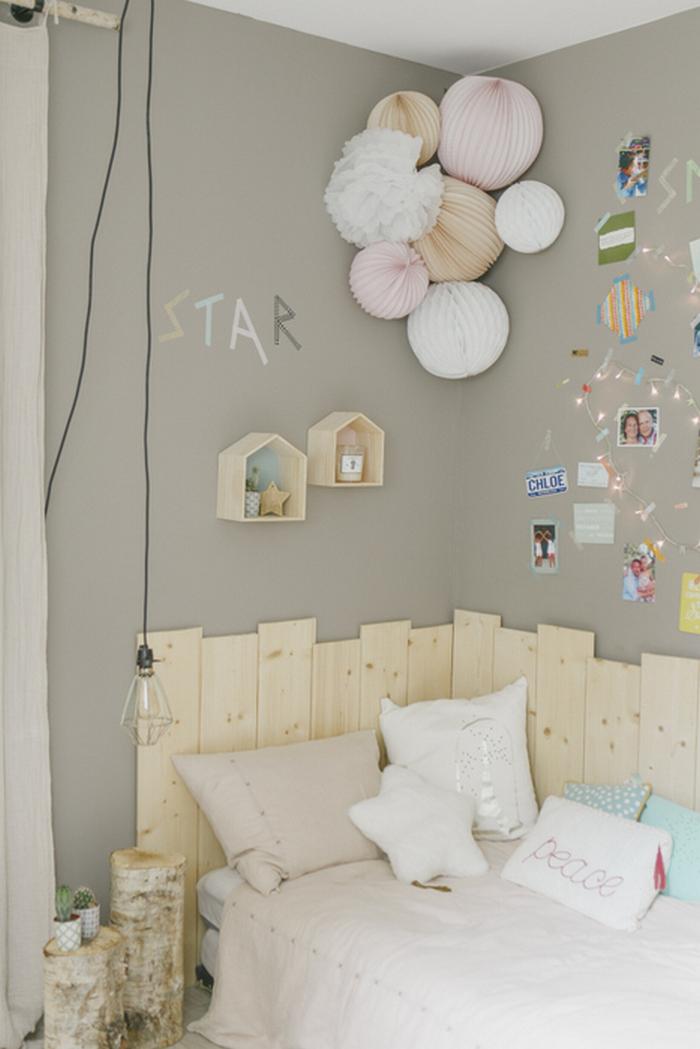 Idée déco chambre adolescent bois, boule papier rose, beige