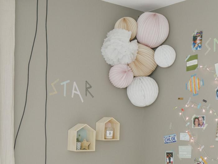 Idée déco chambre enfant boule en papier rose et taupe beige