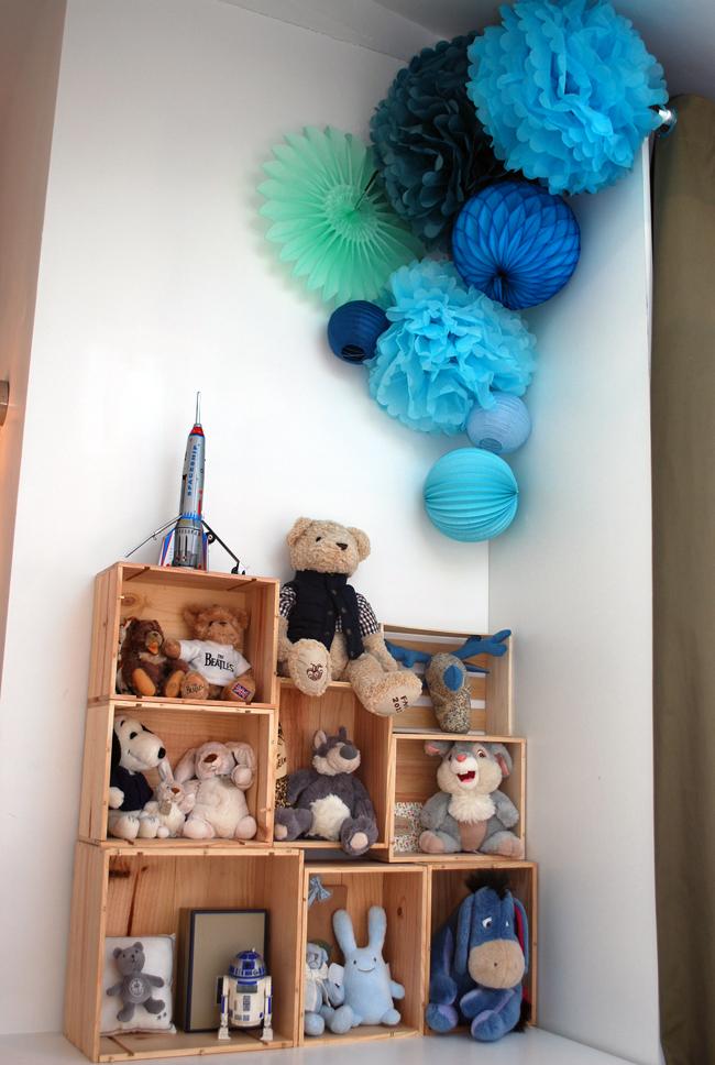 Déco d'une chambre d'enfant : boule en papier bleu et vert
