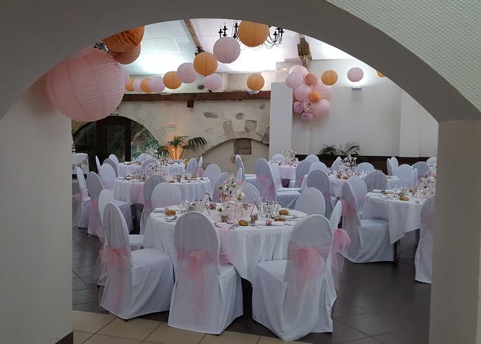 Déco salle mariage guirlande lanterne papier rose pêche pastel
