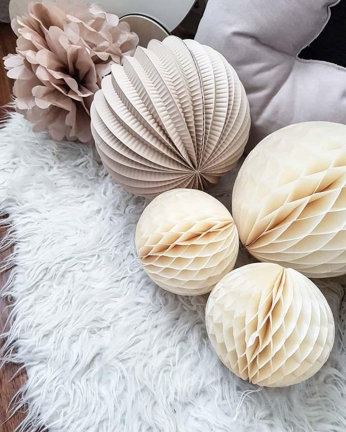 Idée décoration de chambre ou maison, boule papier vanille beige taupe