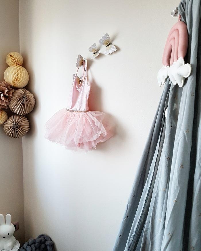 Idée décoration de chambre fille, boule papier pompon vanille latté
