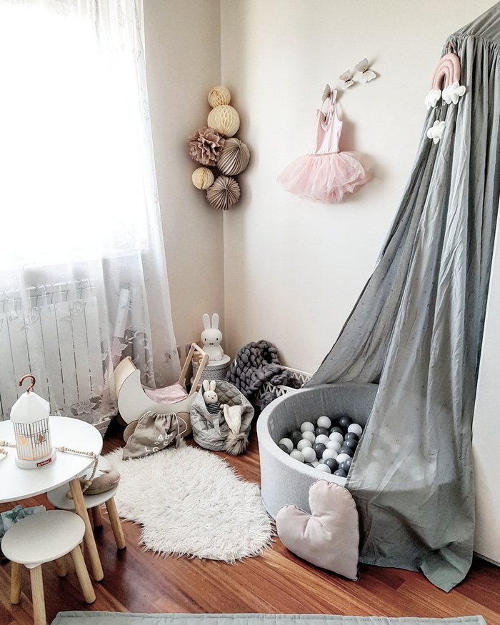 Idée décoration de chambre fille, boule papier pompon vanille beige taupe