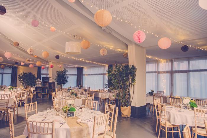 Idée de décor chapiteau mariage personnalisé avec des boules en papier