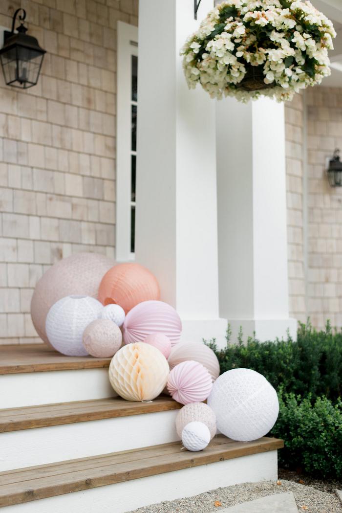 Idée déco mariage entrée perron lanterne papier rose pastel