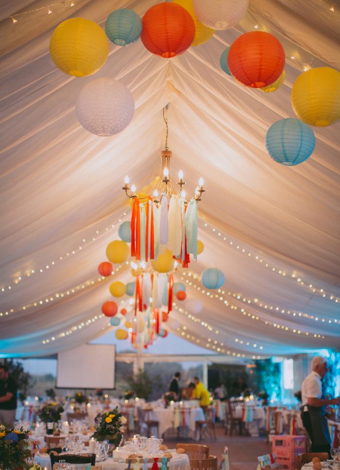 Décoration mariage en tente avec des boules papier colorées