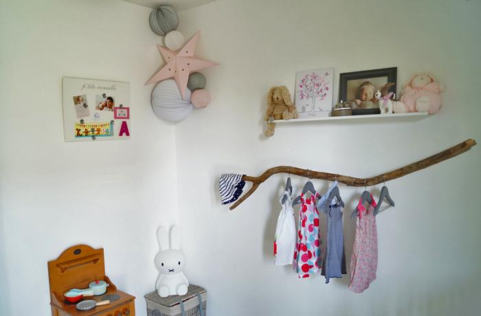 Déco d'une chambre d'enfant : etoile et lampion rose pastel et gris