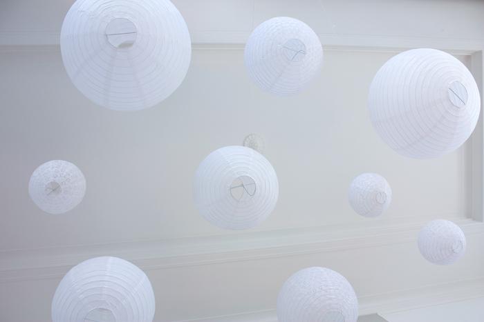Ciel de lanternes blanc pour un décor de mariage