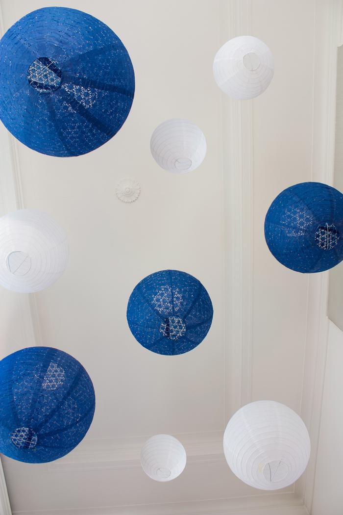 Ciel de lanternes bleu marine et banc pour un décor de mariage