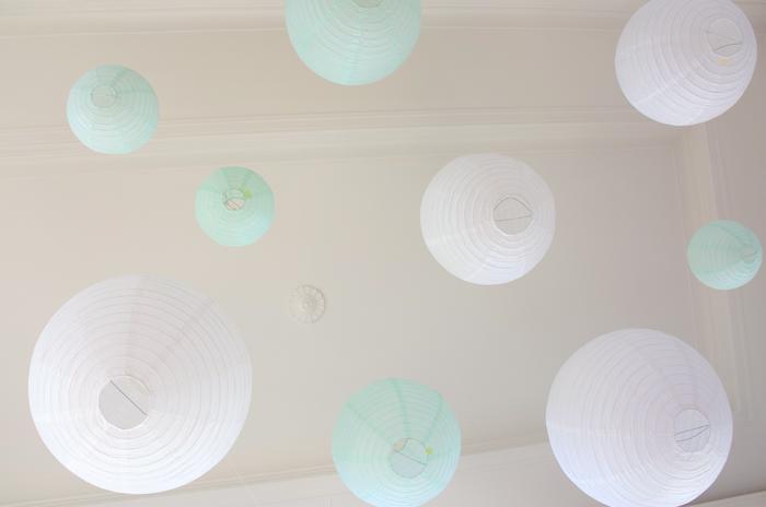 Ciel de lanternes mint et blanc pour un décor de mariage