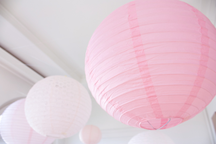 Ciel de lanternes rose pour un décor de mariage