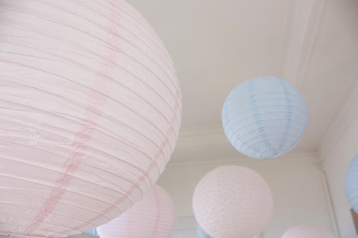 Ciel de lanternes rose et bleu pour un décor de mariage