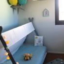 Des coloris bleu et jaune dans une chambre d'enfant