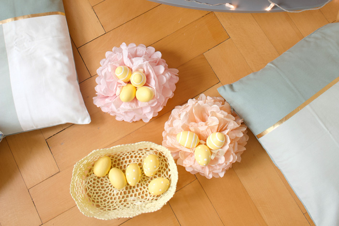 Décor de pâques, pompons pastel et oeufs de paques