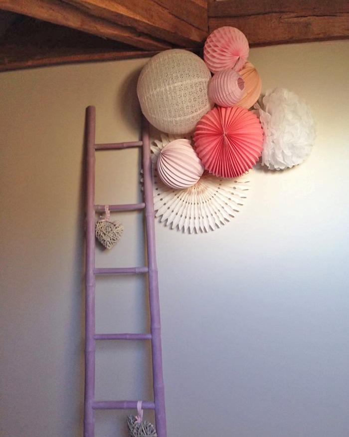 Déco d'une chambre d'enfant : rosace et lanterne rose pastel et blanc
