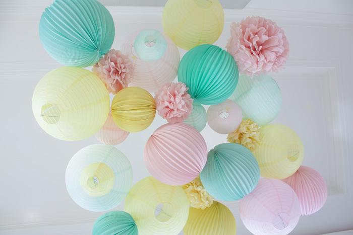 Décor de fête en pastel mariage, lanternes et pompons pastel