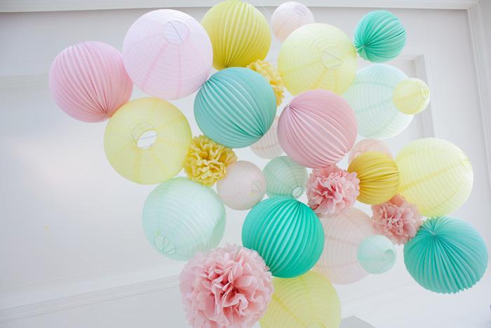 Décor de fête en pastel pâques ou mariage, lanternes jaune, rose et menthe pastel