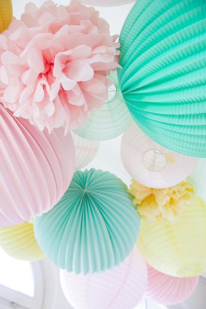 Décor de fête en pastel anniversaire ou mariage, lampion et pompon pastel
