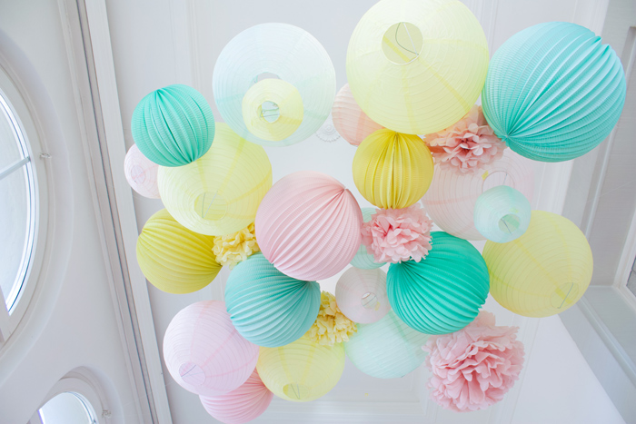 Décor de fête en pastel mariage avec des boules papier pastel