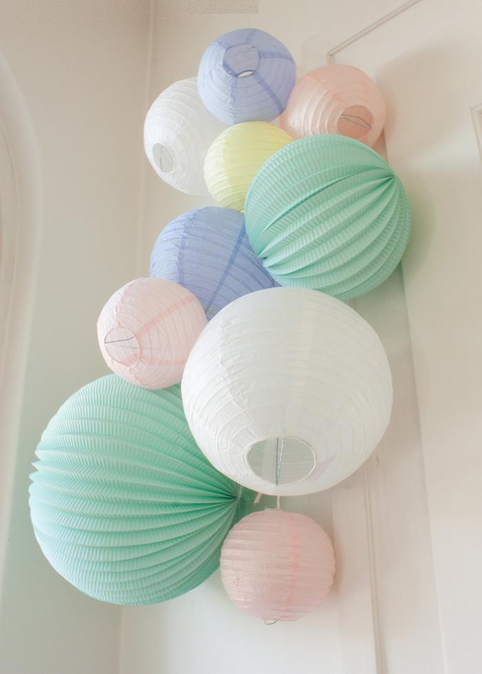 Idée mariage grappe de boules en papier pastel
