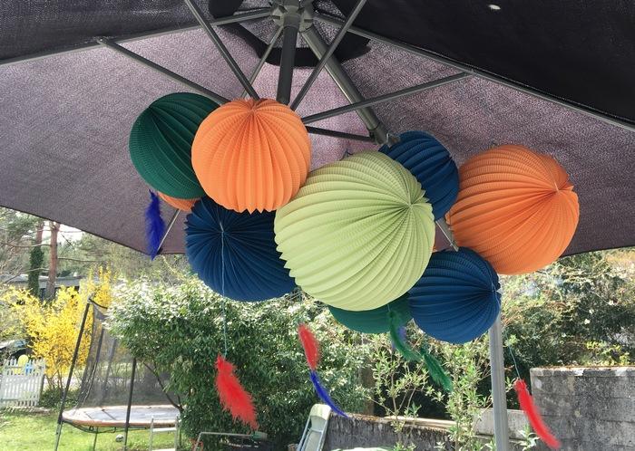 anniversaire indien pour une fête d'enfant avec des lampions en papier colorés