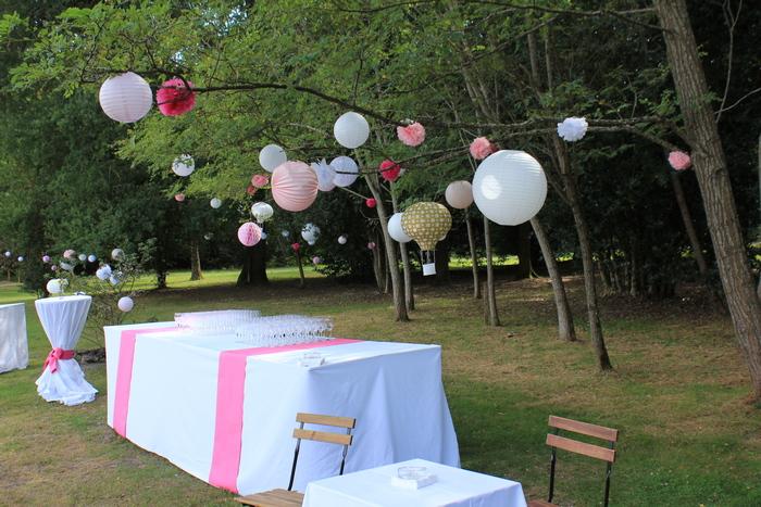 mariage rose et blanc rustique chic, idée de décoration buffet jardin