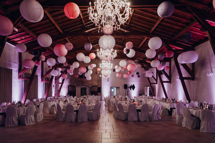 mariage rose et mauve - idée de décoration de salle avec des boules en papier