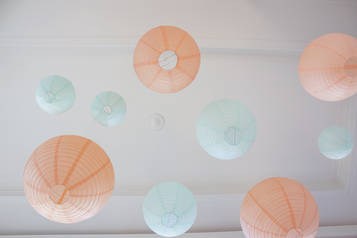 ciel de lanternes mint et pêche pour un décor de mariage pastel