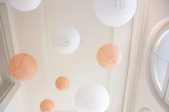 ciel de lanternes pêche et blanc pour un décor de mariage pastel