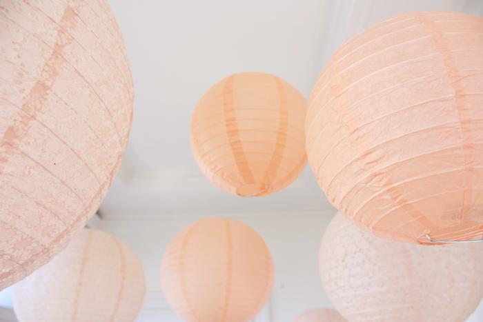 Ciel de lanternes pêche pour une décoration de mariage pastel et romantique