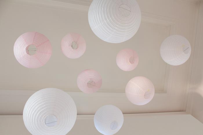 ciel de lanternes rose et blanc pour un décor de mariage pastel