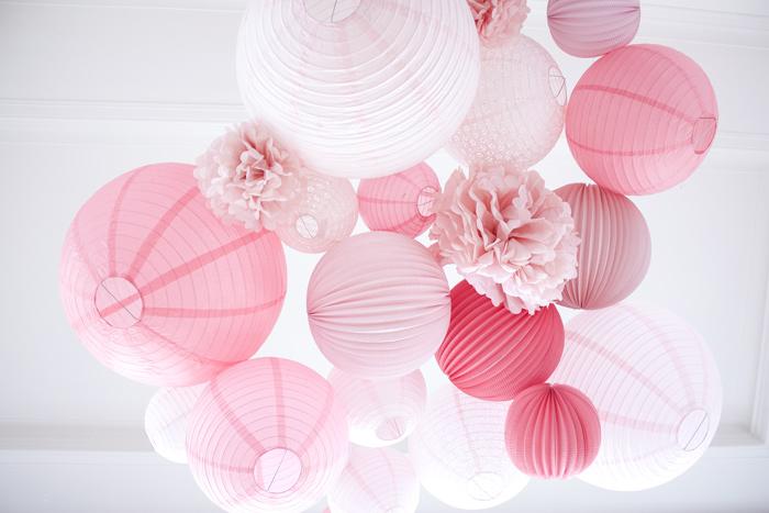 Un mariage rose avec un ciel de lanternes en papier rose pastel et rose blush