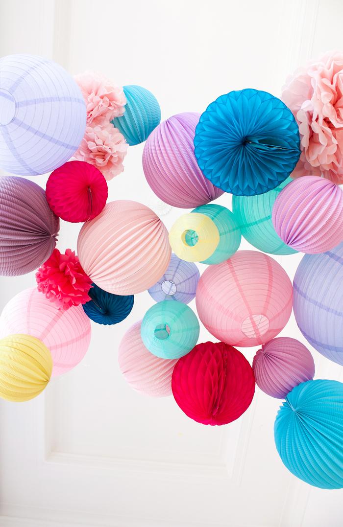mariage Hippie Chic - Boules en papier de couleurs vives pour une décoration de mariage tendance