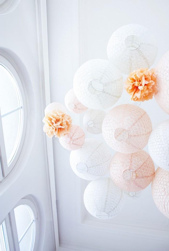 lanternes dentelle peche pour une décoration de mariage romantique
