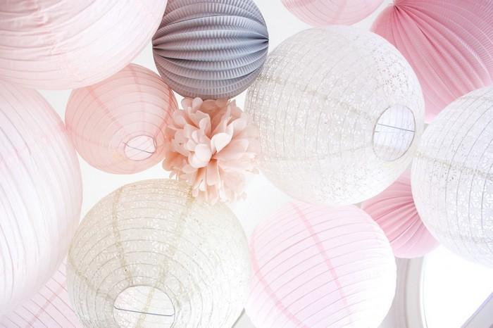 Décor de mariage rose et gris avec des boules et pompons en papier