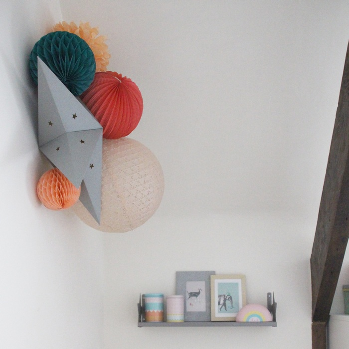 Chambre corail et verte déco avec des lampion et pompons en papier