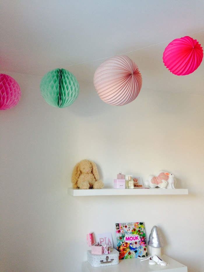 decoration chambre enfant lampion en guirlande rose et mint