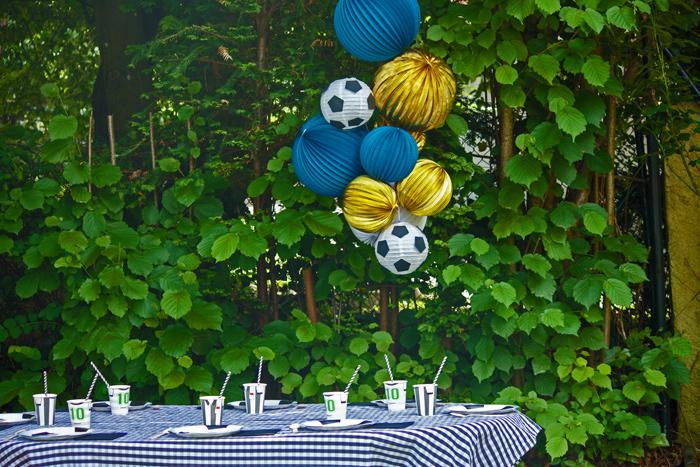 anniversaire foot - décor de fête avec des lanternes en papier ballons de football