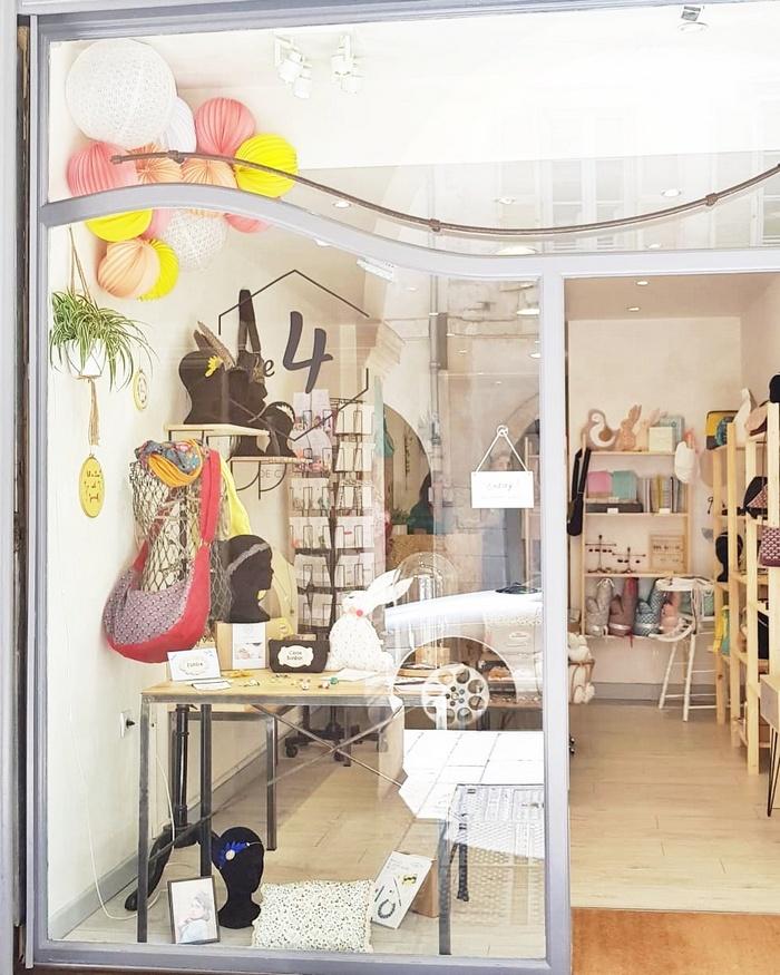 Vitrine déco de boutique avec un nuage de lampions jaune et rose
