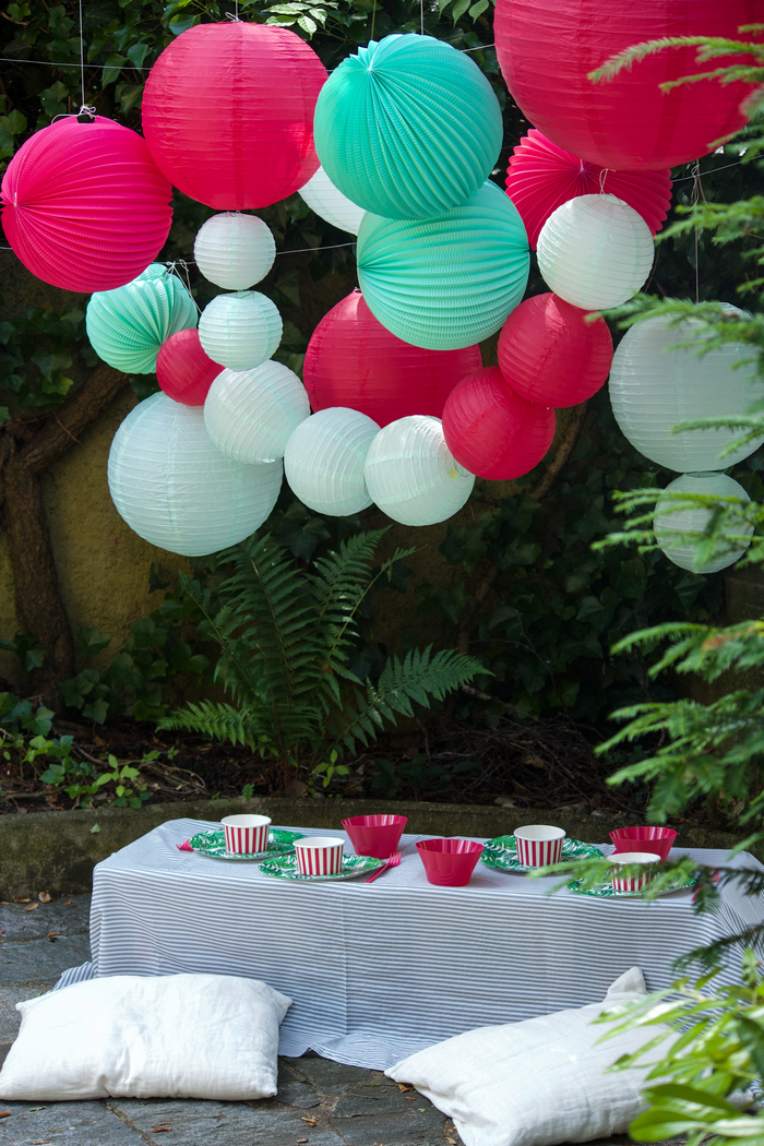 Fête mint et rose flashy pour un décor d'anniversaire dans un jardin