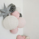 Décoration rose et grise pour une chambre de bébé