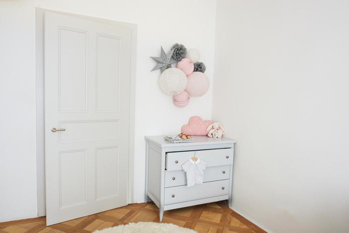 Décoration rose et grise pastel pour une chambre de petite fille