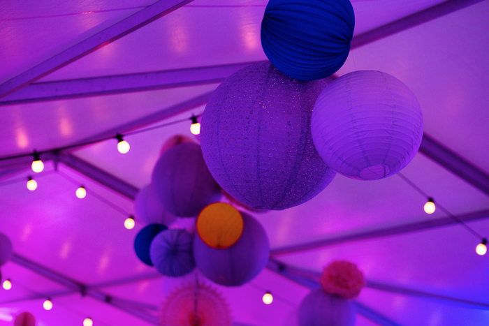grappe de lampions sous une tente, tonnelle de mariage