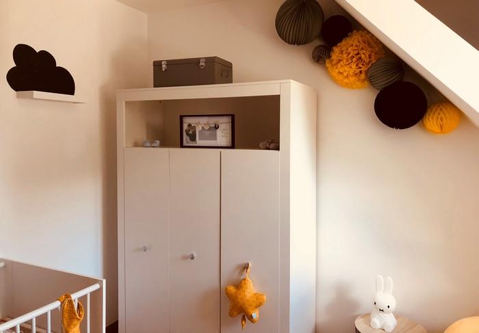 Chambre grise et jaune avec des lampions et pompons en papier